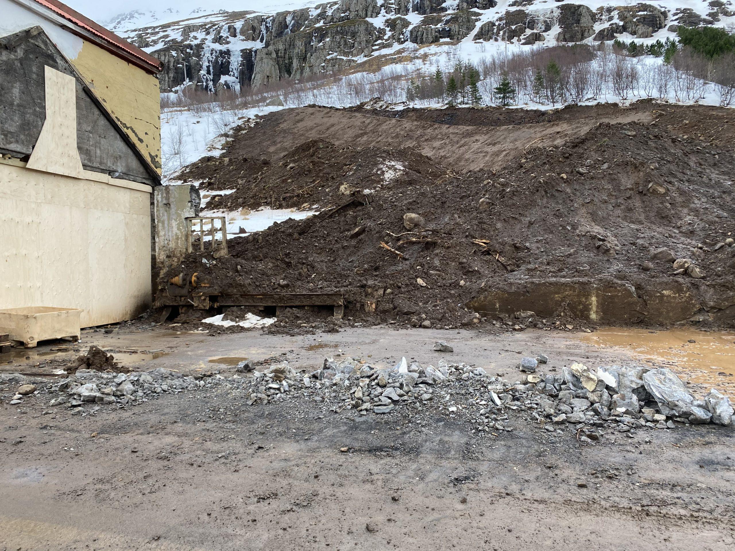 Seyðisfjörður: Hreinsunarstarf og vöktun